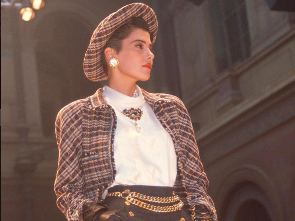 Comment entrer en relation avec Cristina Cordula ? Cristina Cordula défile jeune pour Chanel