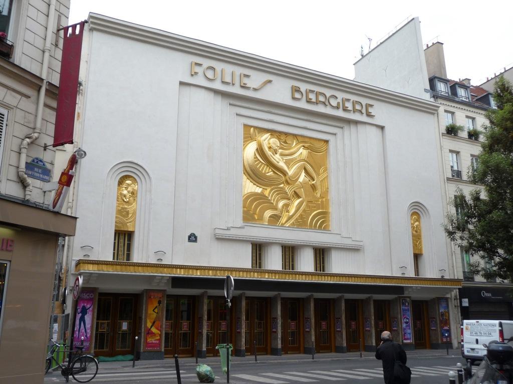 Contacter le cabaret LES FOLIES BERGÈRE à Paris Cette dernière est également modulable en trois parties. Après le spectacle, deux stations de taxi sont accessibles à côté des métros Cadet et Grands Boulevards.