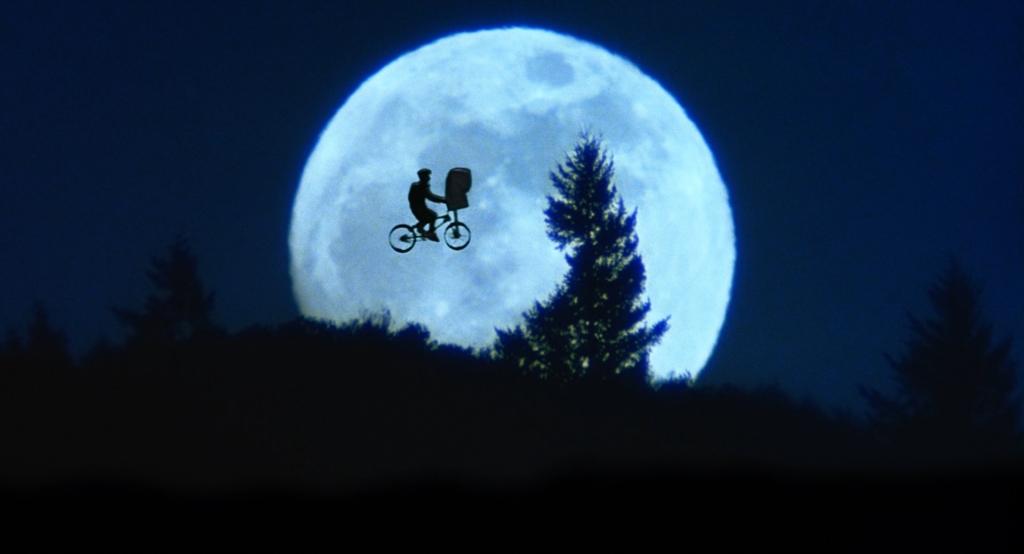 """Le fournisseur et opérateur Xfinity a diffusé une vidéo publicitaire appelée """"A Holiday Reunion"""". Elle a été diffusée ce matin lors de la parade de Thanksgiving de Macy et cette """"réunion"""" réunit l'acteur Henry Thomas et ET, les stars du légendaire film de Steven Spielberg de 1982, ET l'extraterrestre."""