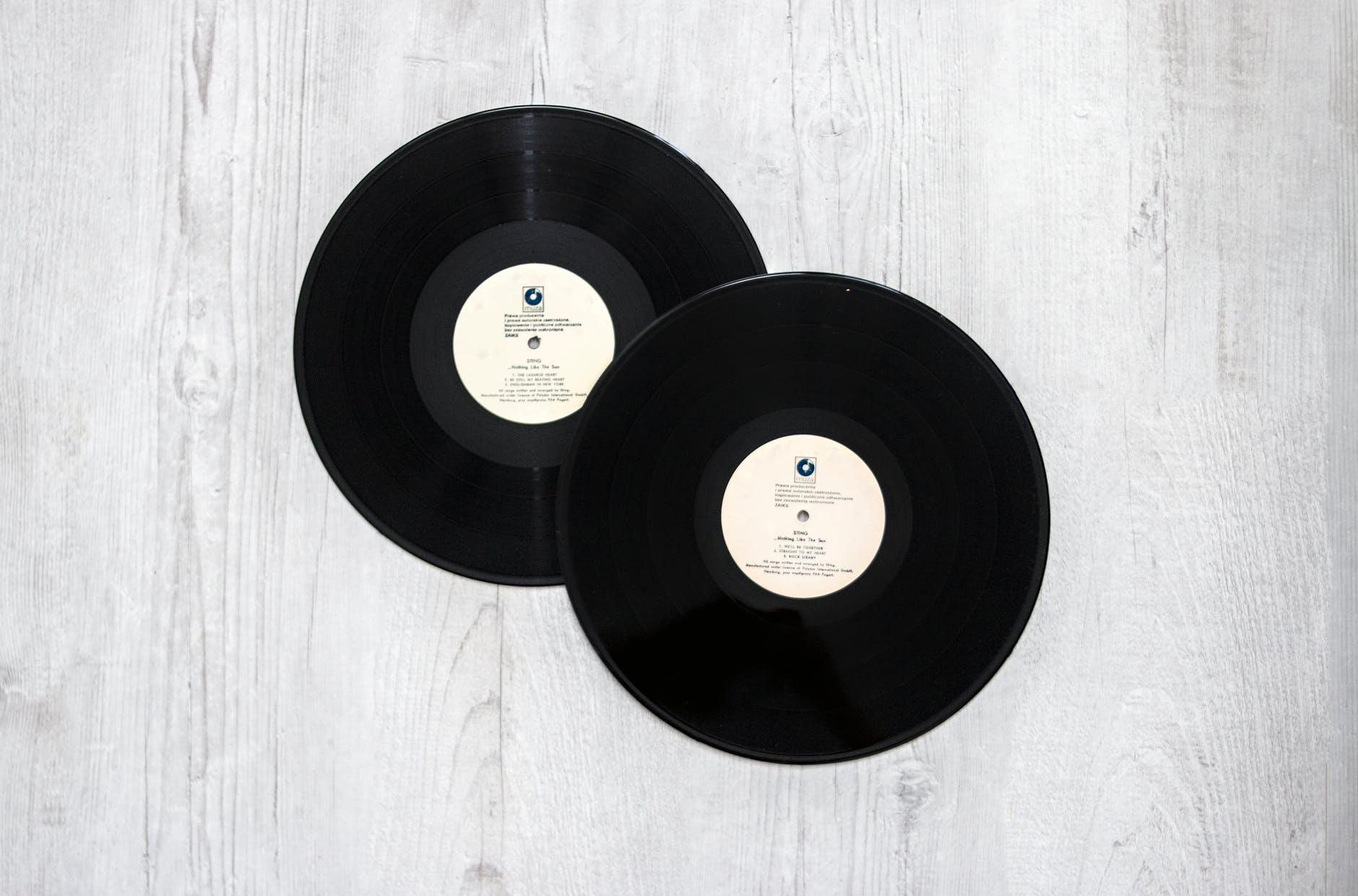 """La plupart des labels indépendants, en France (Barclay, Vogue, Erato), à l'international (Island, Motown, Chrysalis, A & M"""") ont été absorbés par les 3 majors de l'industrie musicale, à savoir ces trois sociétés qui se partagent la majorité du business de la musique et représentent 71,7 % des ventes dans le monde :"""